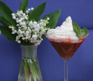 Rabarbarienės desertas su grietinėle